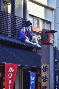 浅草仲見世通りの店舗屋根に飾られた人形の写真素材 [FYI04799015]