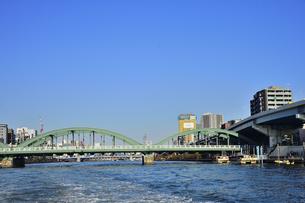 水上バスから見た厩橋と船舶とビル群の写真素材 [FYI04799025]
