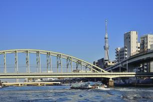 水上バスから見たJR総武線隅田川橋梁と蔵前橋と隅田川を渡る水上バスとスカイツリーとビル群の写真素材 [FYI04799035]