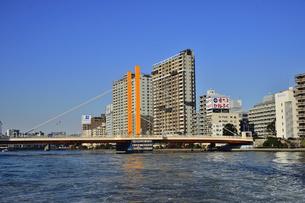 水上バスから見た新大橋とマンションやビル群の写真素材 [FYI04799037]