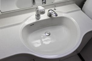 洗面台のシンクに水を溜めるの写真素材 [FYI04799053]