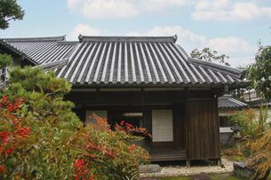 庭のある古い木造の日本家屋の写真素材 [FYI04799060]