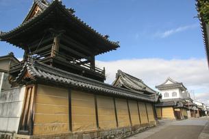 大阪府・富田林寺内町に残る寺院の古い鐘楼の写真素材 [FYI04799067]