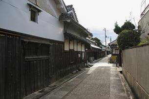 古い木造家屋が並ぶ狭い路地の写真素材 [FYI04799075]