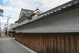 狭い通り沿いに続く古い家の壁の写真素材 [FYI04799077]