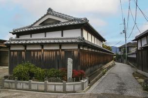 古い木造家屋が残る富田林寺内町の町並みの写真素材 [FYI04799079]