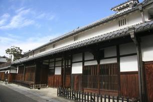 大阪・富田林寺内町に残る古い木造家屋の写真素材 [FYI04799081]
