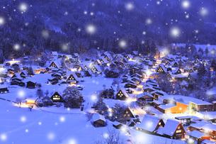 冬の白川郷 城山展望台より合掌造り集落の夕景の写真素材 [FYI04799118]
