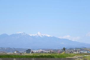 春の八ヶ岳 韮崎方面から眺めた遠景の写真素材 [FYI04799170]