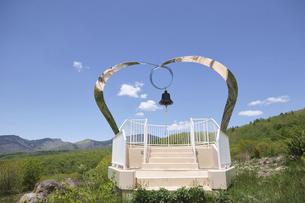 初夏の嬬恋牧場 愛妻の鐘 群馬県嬬恋村の観光名所の写真素材 [FYI04799200]