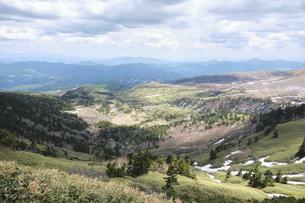 渋峠から眺める芳ヶ平湿原・草津白根山 雪解けの春の写真素材 [FYI04799204]