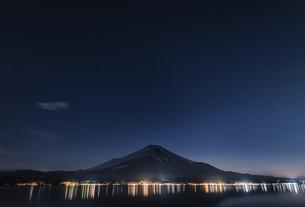 富士山日没後の星空の写真素材 [FYI04799216]