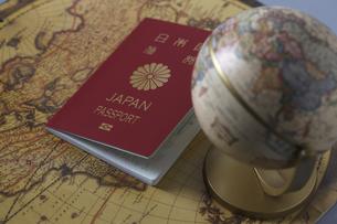 パスポートと地図と地球儀の写真素材 [FYI04799482]
