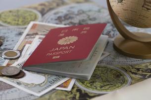 パスポートと地図とお金の写真素材 [FYI04799483]
