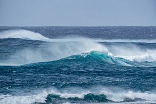 台風前の荒れた宮古島の海の写真素材 [FYI04799697]