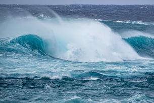 台風前の荒れた宮古島の海の写真素材 [FYI04799772]