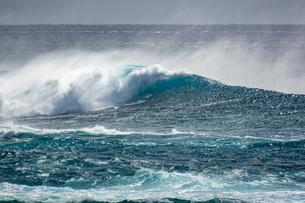 台風前の荒れた宮古島の海の写真素材 [FYI04799773]
