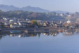 夜明けの日田市街の写真素材 [FYI04799786]