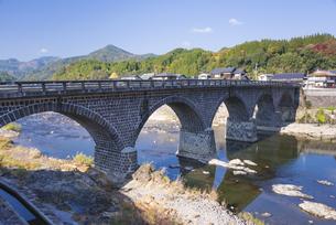 秋の馬渓橋の写真素材 [FYI04799788]