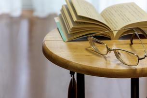 家で本を読むの写真素材 [FYI04799841]