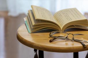 机の上に置かれた本と眼鏡の写真素材 [FYI04799842]