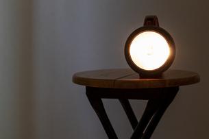 暗い部屋で光る懐中電灯の写真素材 [FYI04799955]