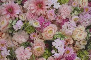 優美で華麗、ピンク色の艶やかなフラワーアレンジメントの写真素材 [FYI04799979]