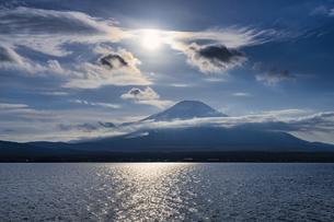 富士山と太陽と冬の雲の写真素材 [FYI04800005]