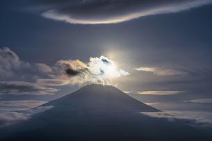 富士山と太陽と雲の写真素材 [FYI04800006]