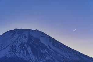 富士山と三日月の写真素材 [FYI04800013]