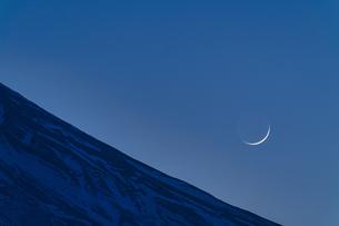富士山と三日月の写真素材 [FYI04800015]