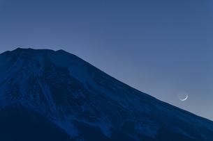 富士山と三日月の写真素材 [FYI04800016]