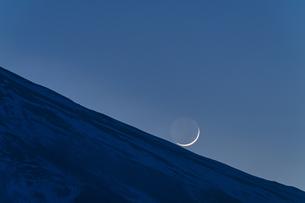 富士山と三日月の写真素材 [FYI04800017]