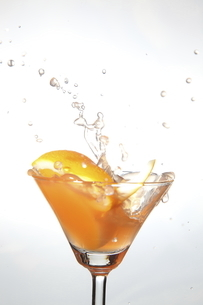 オレンジと水飛沫の写真素材 [FYI04800028]