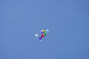 青空と風船の写真素材 [FYI04800090]