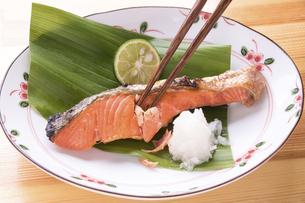 紅鮭の焼魚の写真素材 [FYI04800096]