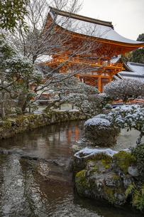 雪の上賀茂神社 の写真素材 [FYI04800171]