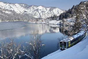 冬の只見川と只見線の写真素材 [FYI04800237]