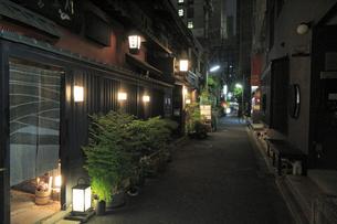 人形町の路地の夜景の写真素材 [FYI04800266]