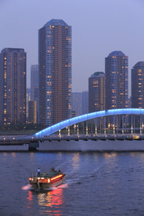 佃島タワーマンションと永代橋と屋形船の写真素材 [FYI04800298]