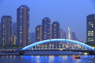 佃島タワーマンションと永代橋と屋形船の写真素材 [FYI04800300]