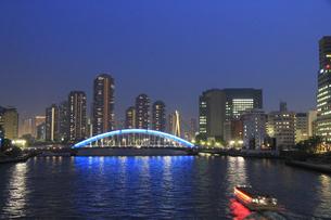 佃島タワーマンションと永代橋と屋形船の写真素材 [FYI04800302]