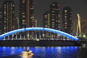 佃島タワーマンションと永代橋と屋形船の写真素材 [FYI04800303]