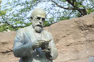 大森貝塚遺跡庭園のモース博士像の写真素材 [FYI04800340]