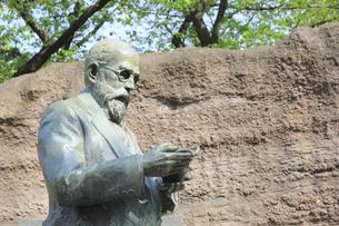 大森貝塚遺跡庭園のモース博士像の写真素材 [FYI04800341]