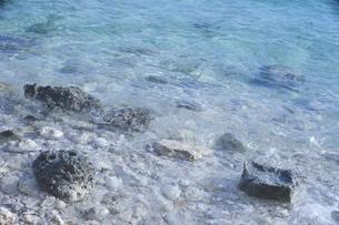 沖縄の離島 宮古島の透きとおった綺麗な海の水面と岩場の海岸の写真素材 [FYI04800379]