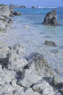 沖縄の離島 宮古島の透きとおった綺麗な海の水面と岩場の海岸の写真素材 [FYI04800380]