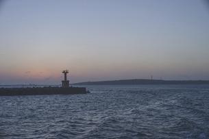 宮古島と伊良部島の間の海、フェリーから見る夕暮れの風景の写真素材 [FYI04800382]