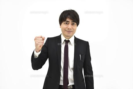 良し、グッドと喜んでいるスーツの男性1 白背景の写真素材 [FYI04800493]