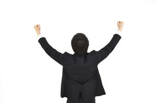 ガッツポーズで成功を喜んでいるスーツの男性2 白背景の写真素材 [FYI04800495]